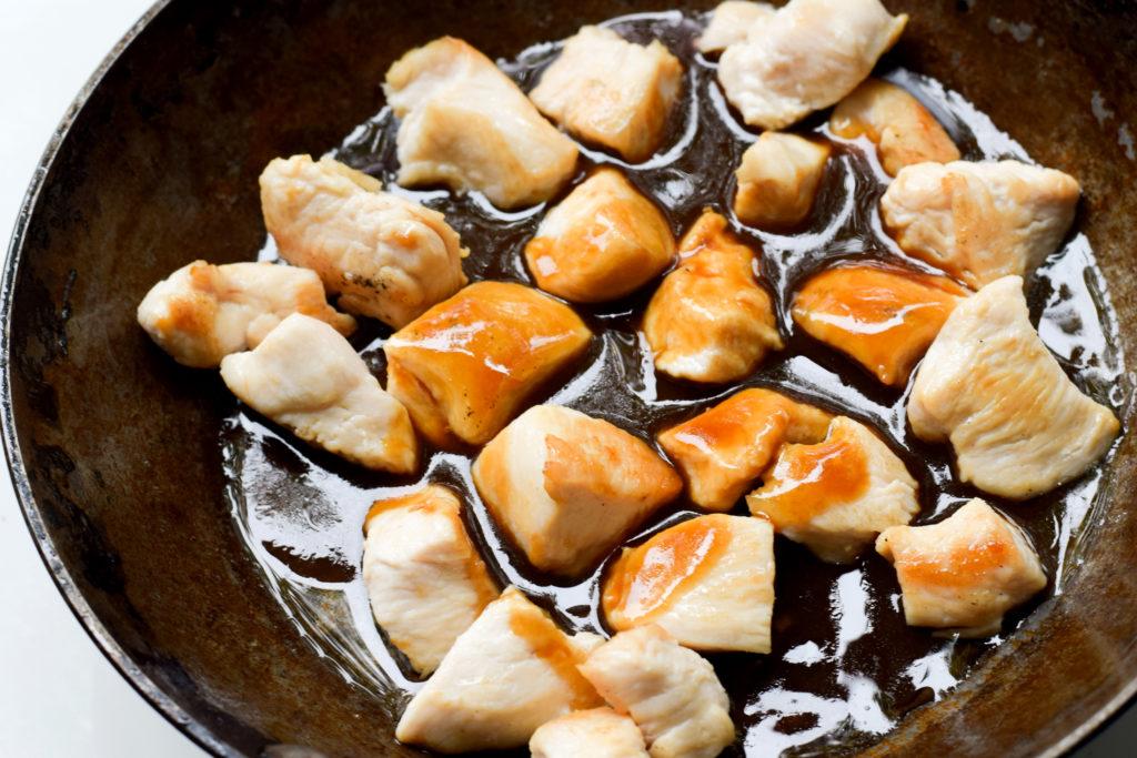 Teriyaki-Sauce dazugeben